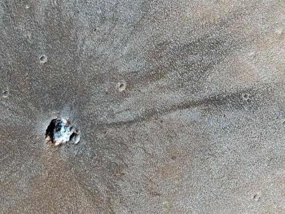 [Topic unique] Exploration de la planète Mars - Page 4 Mro-recent-crater-580x435