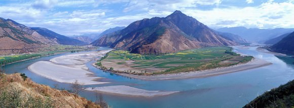 The first turn of the Yangtze at Shigu (??) in Yunnan Province, where the river turns 180 degrees from south- to north-bound. Credit: peace-on-earth.org/Jialiang Gao