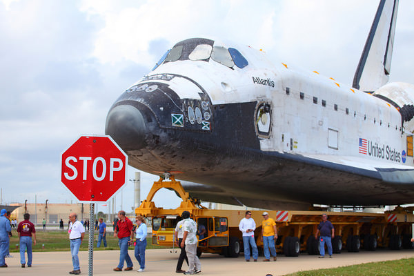 Atlantis rolls to the VAB. Image credit:  Alan Walters (awaltersphoto.com) for Universe Today
