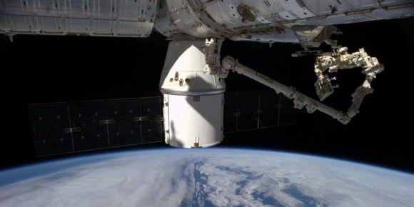 Fascinating: #Canadarm & Dextre installed the #RapidScat Experiment on Columbus! @ISS_Research @NASAJPL @csa_asc. Credit: ESA/NASA/Alexander Gerst
